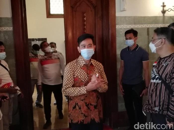 Wali Kota Solo Gibran Rakabuming Raka mengajak rombongan Sekjen Gerindra Ahmad Muzani menengok kamar peninggalan Bung Karno di Loji Gandrung, Solo, Minggu (28/3/2021)