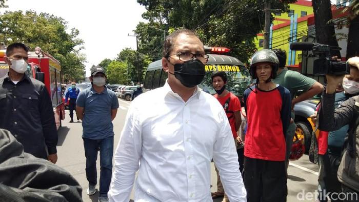 Walkot Makassar Danny Pomanto saat meninjau lokasi ledakan di Gereja Katedral Makassar (Hermawan/detikcom).