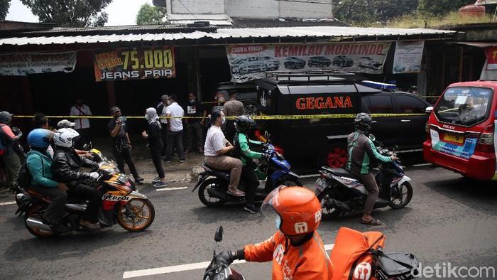 Pengendara mengalami kemacetan di Jalan Raya Condet, Jakarta, Senin (29/3/2021). Polisi menggerebek showroom mobil terkait dengan jaringan terorisme membuat jalan raya condet macet.