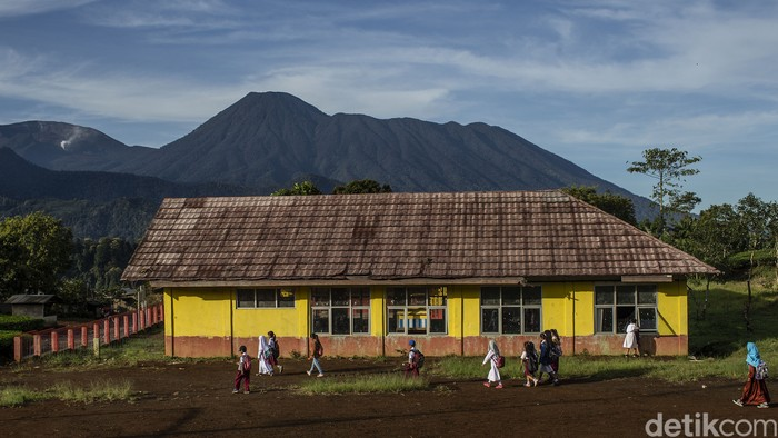 Sejumlah pelajar berjalan kaki di desa Tugu Utara, Kab Bogor, Jawa Barat, Senin (29/3/2021).