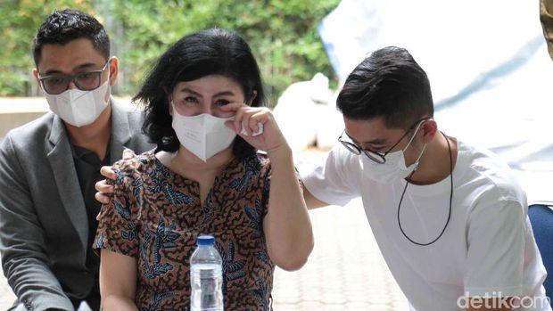 Desiree dan Bams ex Samsons didampingi kuasa hukumnya, Hotman Paris Hutapea menggelar konferensi pers tentang masalah rumah tangga Desiree dan Hotma Sitompul di Jalan Antasari no 79, Jakarta Selatan, Senin (29/03/2021).