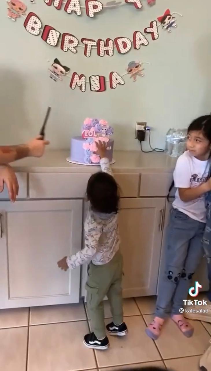 Bikin Ngakak, Anak Ini Santai Rusak Kue Ulang Tahun Temannya