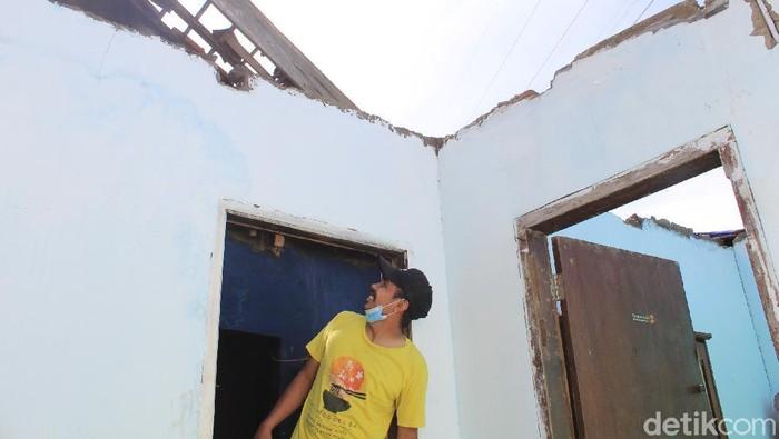 Detik-detik angin puting beliung rusak ratusan rumah di Bandung