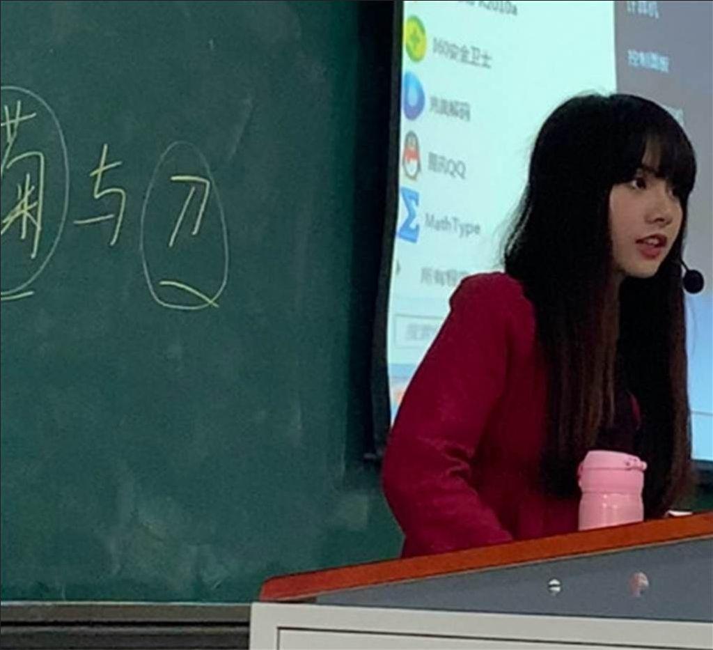 Conferencista de lengua como Lisa Black Pink