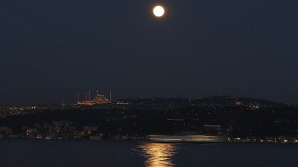 Jelang malam bulan pernama mulai meninggi.