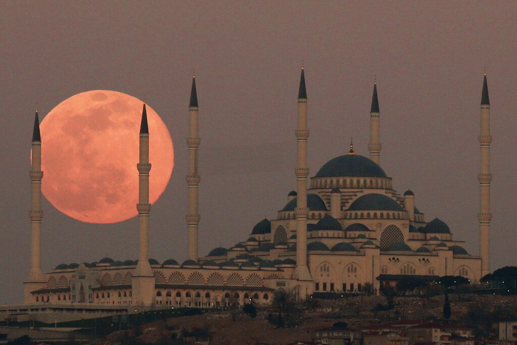 Bulan purnama atau Full Moon terlihat di atas Kota Istanbul, Turki,  Minggu (28 /3/2021). Penasaran seperti apa penampakannya? Simak foto-fotonya.