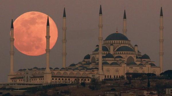 Bulan prunama telihat di atas Kota Istambul menambah indah senja di kota pantai itu.