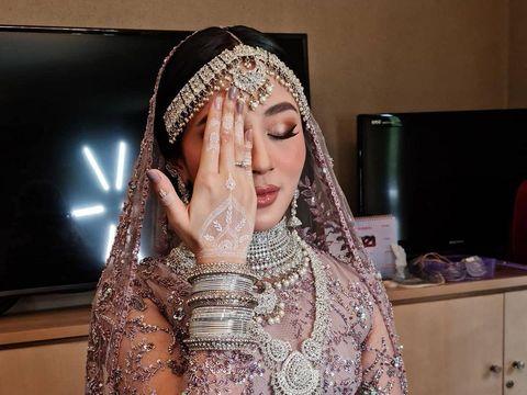 Foto Margin Wieheerm saat memakai jasa lukis henna milik Winda.