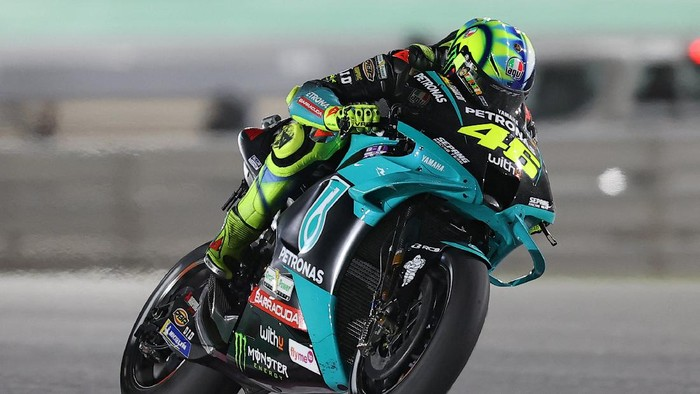Petronas Yamaha SRTs Italian rider Valentino Rossi drives during the Moto GP Qatar Grand Prix at the Losail International Circuit, in the city of Lusail on March 28, 2021. (Photo by KARIM JAAFAR / AFP)