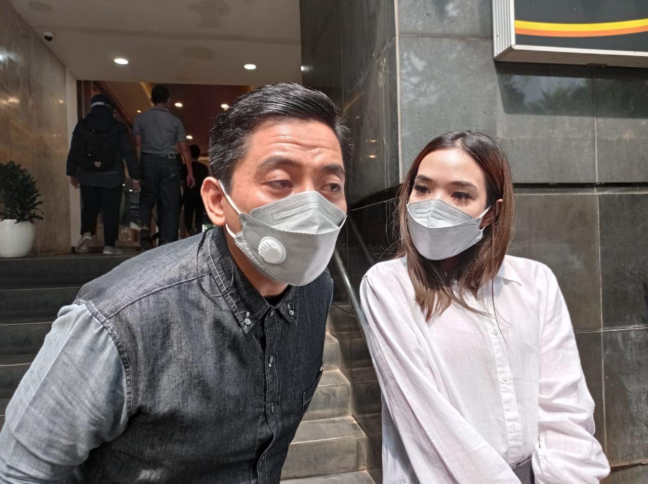 Gisella Anastasia ditemani pengacaranya wajib lapor di Polda Metro Jaya.