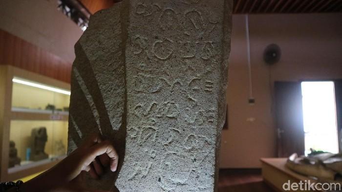 Sebuah prasasti yang disimpan di Museum Kartini, Kabupaten Jepara, Jawa Tengah memiliki isi pesan larangan poligami. Bagaimana kisah di baliknya?
