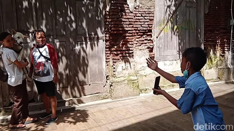 Seorang siswa SD berusia 12 tahun di Kota Semarang menarik perhatian banyak orang dengan kegiatannya yang menghasilkan uang. Dia menjadi pengarah gaya untuk foto di Kota Lama Semarang.