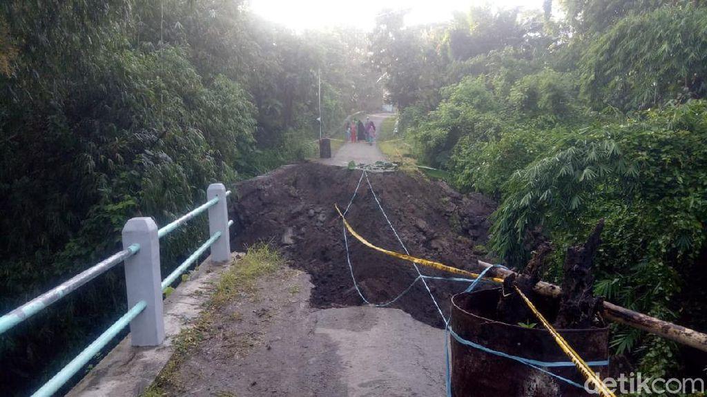 Jembatan di Magetan Roboh Tergerus Longsor, Warga Harus Memutar 5 Km