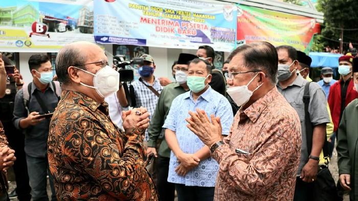 JK saat meninjau Gereja Katedral Makassar tempat bom bunuh diri terjadi (dok. Istimewa).