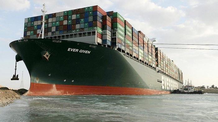 Kapal raksasa tersangkut di Terusan Suez berhasil mengapung kembali