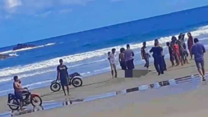 Keganasan Pantai Jolosutro, Wates, Blitar, memakan korban. Tiga remaja rombongan dari Kabupaten Sidoarjo dilaporkan tenggelam. Dua berhasil dievakuasi namun satu ditemukan tewas mengambang.