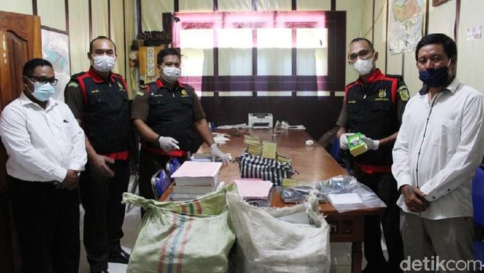Kejari Karangasem geledah kantor Perbekel Tianyar Barat terkait dugaan korupsi bedah rumah (dok Kejari Karangasem)
