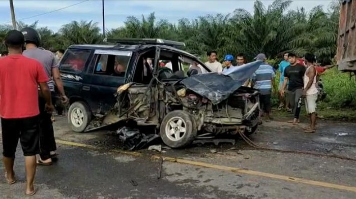 Kondisi salah satu mobil yang ringsek pasca kecelakaan beruntun di Jalinsum Kabupaten Batu Bara