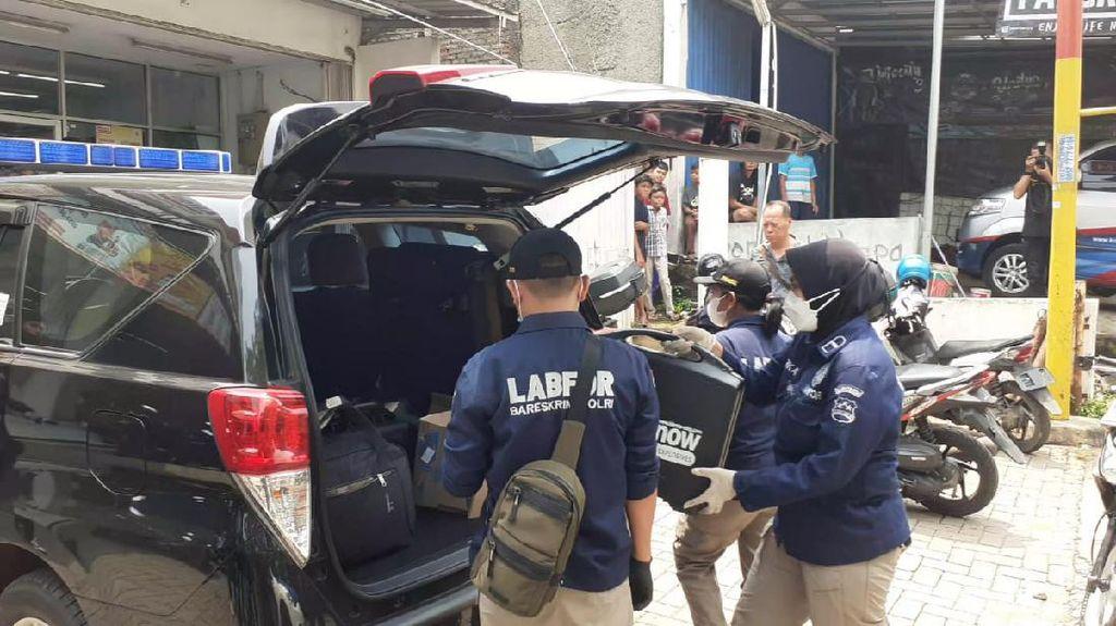 Densus Keluarkan Mobil Putih-Koper dari Rumah Terduga Teroris di Bekasi