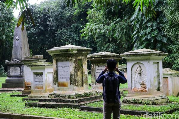 Salah satu nisan bertuliskan D.J de ee Erens merupakan Gubernur Jenderal Hindia Belanda yang menjabat pada tahun 1836-1840. Selain petinggi Hindia Belanda, di sana juga terdapat makam dari ahli botani Belanda yaitu Prof. Dr. A.J.G.H Kostermans yang meninggal pada 1994. (Foto: Grandyos Zafna/detikcom)