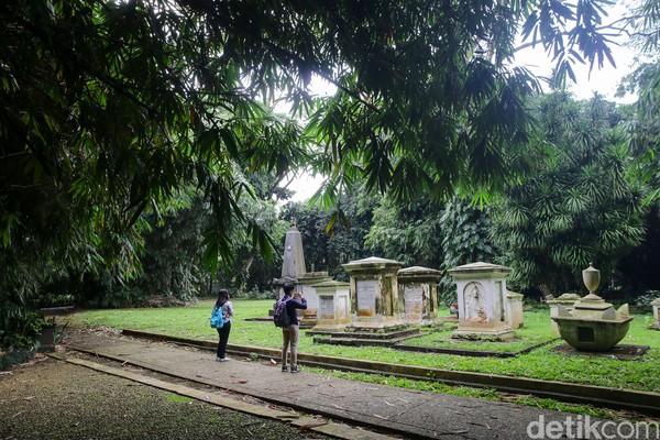 Traveler yang ingin melihat langsung pemakaman Belanda ini bisa langsung datang ke Kebun Raya Bogor dengan masuk melalui Pintu Masuk 1. Kebun Raya Bogor sendiri beroperasi setiap hari mulai pukul 08.00-17.00 WIB. Tiket masuknya adalah Rp 15.000 per orang. (Foto: Grandyos Zafna/detikcom)