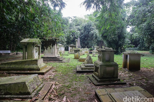 Berada di tengah hutan bambu, pemakaman Belanda ini memang jarang terjamah wisatawan yang datang ke Kebun Raya Bogor. Lokasinya cukup jauh dari pusat keramaian namun dapat dikunjungi siapapun yang ingin mampir melihat deretan makam bergaya Eropa klasik itu. (Foto: Grandyos Zafna/detikcom)