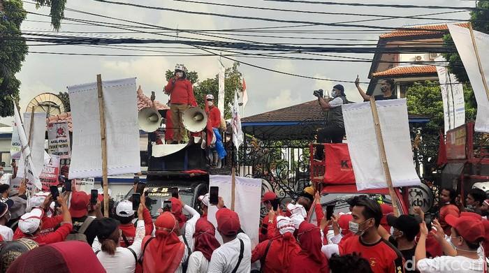 Massa petugas lapangan KB (PLKB) membubarkan diri usai melakukan audiensi dengan kepala BKKBN (Rahmat Fathan/detikcom)