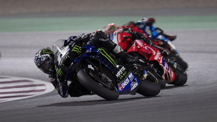 DOHA, QATAR - MARCH 28:  Maverick Vinales of Spain and Monster Energy Yamaha MotoGP Team leads the field  during the MotoGP race during the MotoGP of Qatar - Race at Losail Circuit on March 28, 2021 in Doha, Qatar. (Photo by Mirco Lazzari gp/Getty Images)