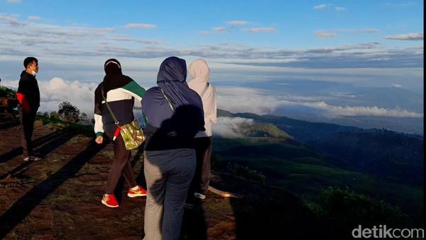 Dari ketinggian 2050 mdpl, berdiri di Puncak Sakub seperti berada di atas awan.(Imam Suripto/detikcom)