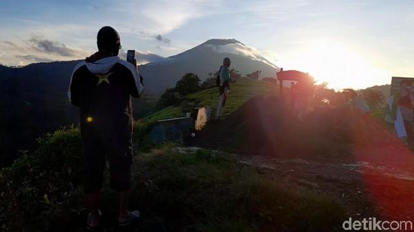 Wisatawn yang menuju puncak disarankan berangkat dari vila pukul 04.30. Jadi bisa tiba di lokasi untuk menikmati sunrise. (Imam Suripto/detikcom)