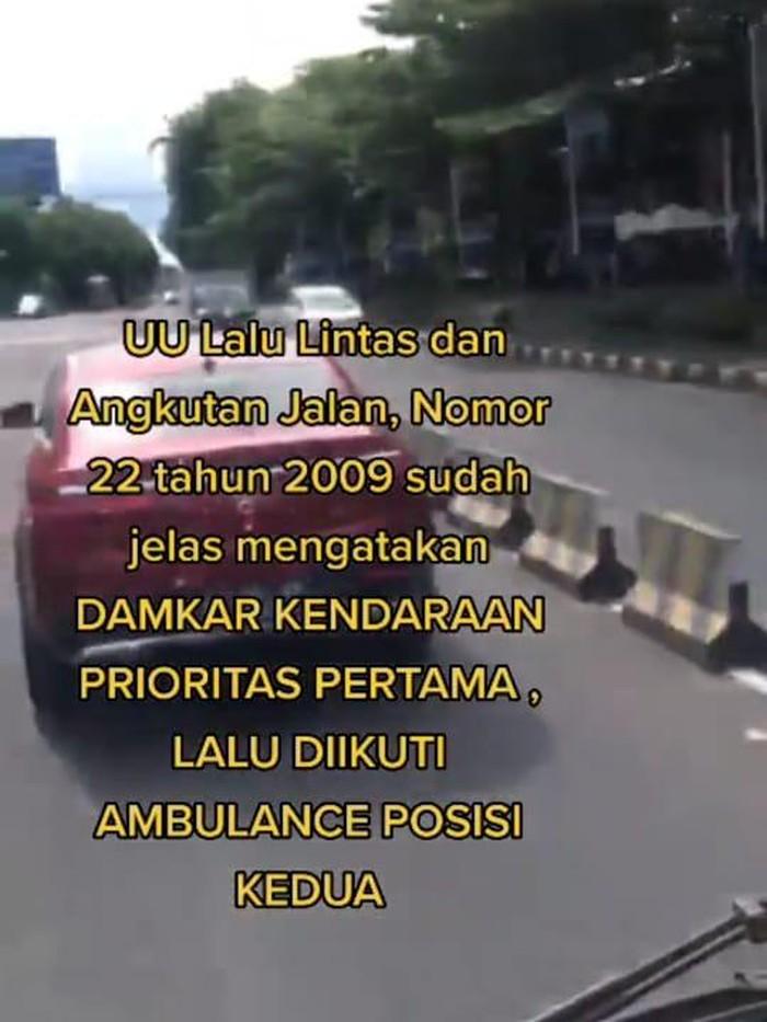 Mercy diduga halangi mobil damkar di Bali (Tangkapan layar)