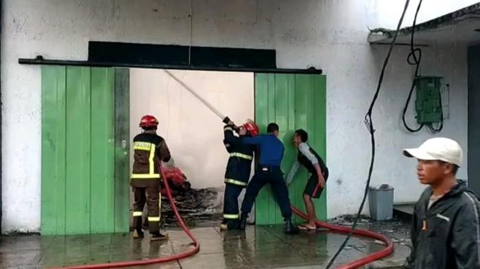 Pabrik kasur dan karpet terbakar di Garut, kerugian miliaran rupiah