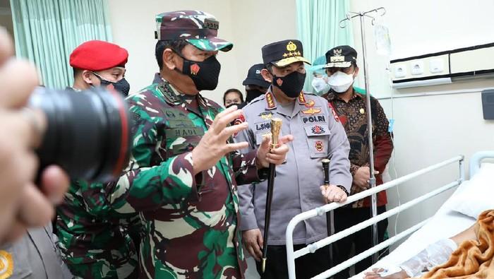 Panglima TNI dan Kapolri menjenguk korban luka bom Makassar (dok Puspen TNI)