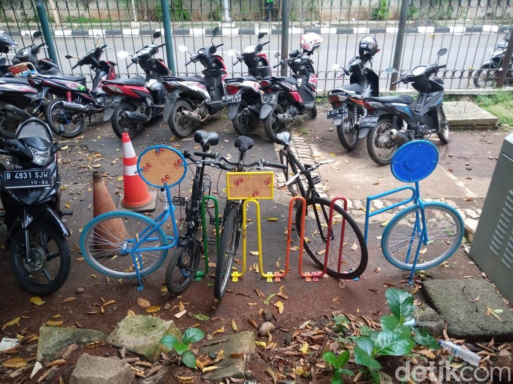 Parkiran sepeda di Stasiun Duren Kalibata, 29 Maret 2021. (Kadek Melda Luxiana/detikcom)