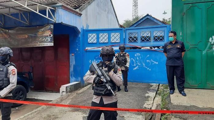 Penampakan rumah terduga teroris yang digerebek Densus di Cibarusah, Bekasi.