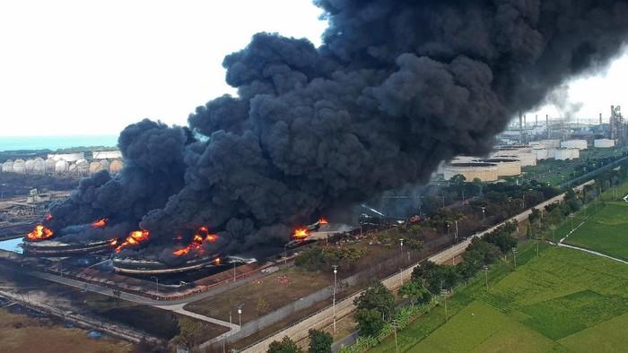 Asap hitam mengepul dari kebakaran tangki minyak milik Pertamina RU VI Balongan, Indramayu, Jawa Barat, Senin (29/3/2021). Pihak Pertamina sudah melakukan pendinginan di sekitar lokasi kebakaran untuk melokalisir kebakaran dengan mengerahkan sejumlah mobil pemadam kebakaran. ANTARA FOTO/Dedhez Anggara/rwa.