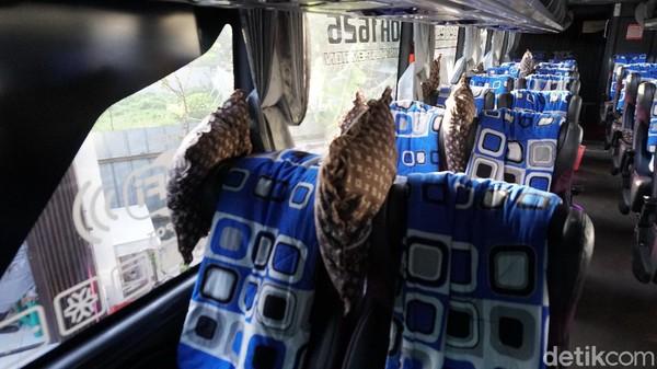Kursi di bus kelas eksekutif PO Haryanto terbilang kecil. Di bodi Jetbus 3+ MHD, pemilik menata kursi 2-2 hingga cukup untuk sejumlah 30 penumpang. Ada selimut yang digantung di sandaran kursi. Tak lupa, bantal kecil disediakan untuk sandaran punggung atau untuk leher.
