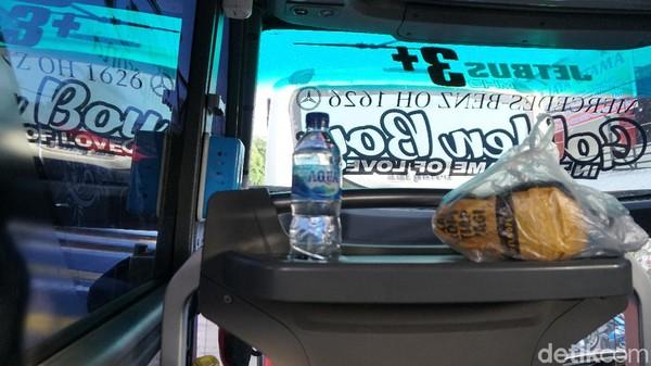 Tiket seharga Rp 220.000, kami akan diberi satu botol air mineral lokal milik PO Haryanto dan snack berupa roti.Untuk, pemilihan kursi kami sarankan deret paling depan. Karena, selain ruang kaki yang lebih lebar, traveler juga mendapat meja kecil untuk meletakan botol dan makanan.