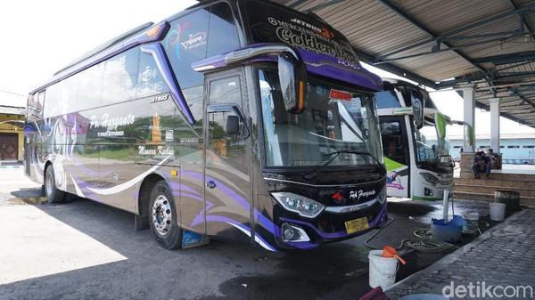 Kami memesan bus jurusan Kudus karena tujuanku adalah ke Garasi PO Haryanto. Bus dengan nomor lambung 95 ku dapat, namanya Golden Boy.