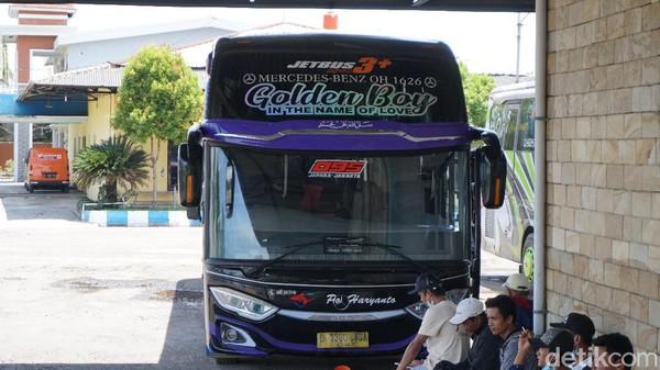 Kami sudah tiba di Lebak Bulus dari pukul 05.30. Di jadwal, bus PO Haryanto ini seharusnya berangkat pada pukul sekitar pukul 06.00.Namun, kami harus menunggu lebih lama, hingga waktu menunjukkan pukul 07.15 bus HR 095 ini baru berangkat.