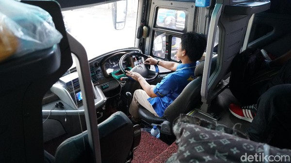 Ada satu hal yang perlu jadi perhatian, yakni ruang sopir bus PO Haryanto ini bebas untuk merokok bagi penumpang maupun kru. Tentu ini akan mengganggu bagi penumpang yang anti rokok.