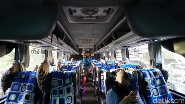 Kursi di bus kelas eksekutif PO Haryanto terbilang kecil. Di bodi Jetbus 3+ MHD, pemilik menata kursi 2-2 hingga cukup untuk sejumlah 30 penumpang.