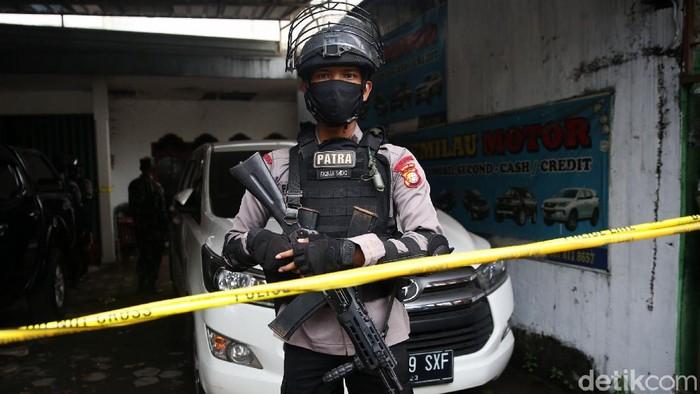 Sebuah showroom di Condet, Jakarta Timur, digerebek polisi terkait terorisme. Saat ini lokasi penggerebekan itu dijaga ketat oleh polisi bersenjata laras panjang.