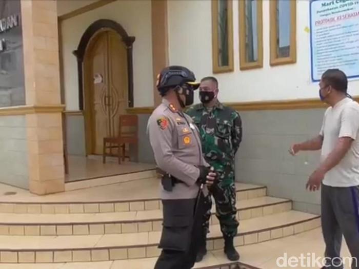 Polisi dan TNI melakukan patroli sekala besar di Sumedang mencegah aksi teror bom