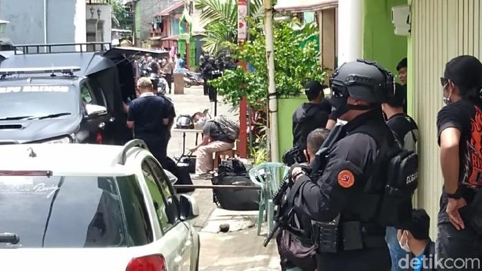 Polisi gerebek rumah di Bontoala, Makassar terkait bom bunuh diri di depan Gereja Katedral (Hermawan/detikcom).