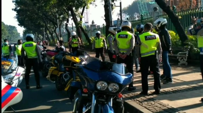Polisi tindak sunmori Harlety-Davidson di Jl Medan Merdeka Barat, Jakpus. Foto screenshot tangkapan layar video @polantasindonesia