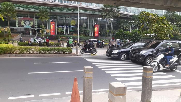 Putar balik di Jl Prof Dr Satrio yang masih dilanggar pemotor untuk putar balik, belum ada penjagaan pada pagi 29 Maret 2021. (Afzal Nur Iman/detikcom)