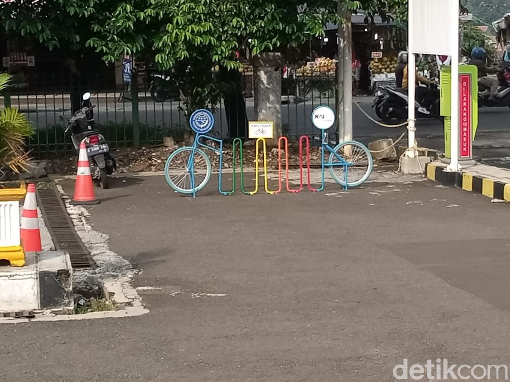 Rak parkir sepeda di Stasiun Lenteng Agung, Jaksel. (Kadek Melda Luxiana/detikcom)