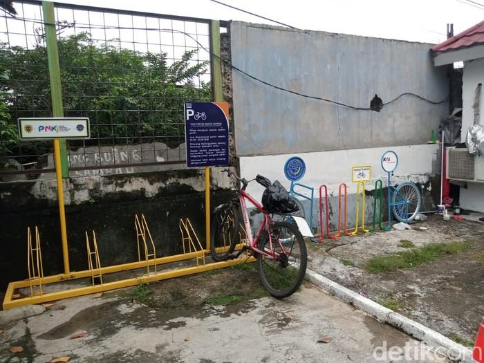 Rak parkir sepeda di Stasiun Pasar Minggu, Jaksel, 29 Maret 2021. (Kadek Melda Luxiana/detikcom)