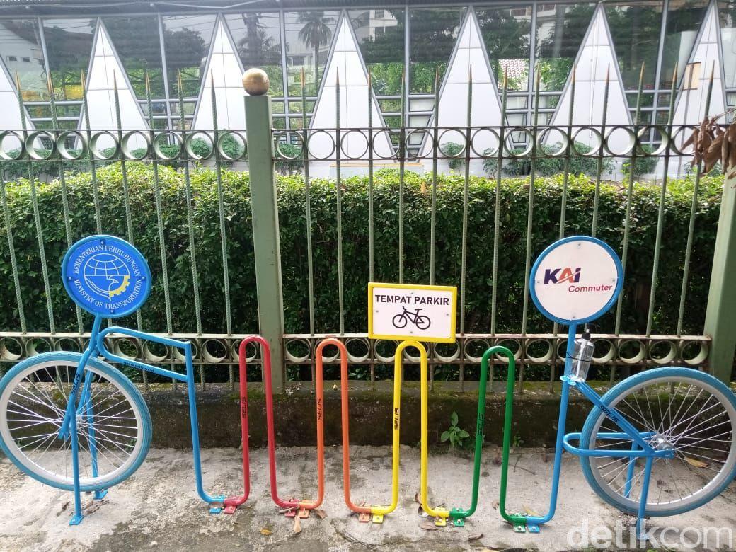 Rak parkir sepeda di Stasiun Pondok Cina, 29 Maret 2021. (Kadek Melda Luxiana/detikcom)